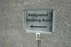 Zona de fumadores señalada Fotos de archivo
