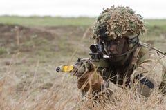 Zona de guerra com soldado do atirador furtivo Fotos de Stock