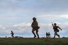 Zona de guerra com soldados running Imagens de Stock Royalty Free