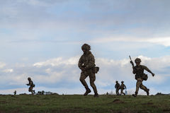 Zona de guerra con los soldados corrientes Imágenes de archivo libres de regalías