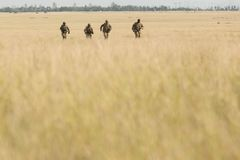 Zona de guerra con los soldados corrientes Imagenes de archivo