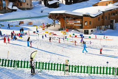 Zona de los niños del esquí en la ciudad de Avoriaz en las montañas, Francia Fotos de archivo