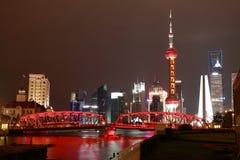 Zona de Lujiazui Finance&Trade de la Federación de Shangai en el nuevo cielo de la señal Imágenes de archivo libres de regalías