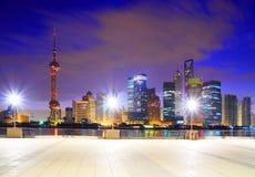 Zona de Lujiazui Finance&Trade de la señal de Shangai en el horizonte de la Federación Imagen de archivo libre de regalías