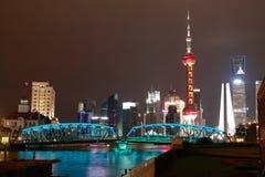 Zona de Lujiazui Finance&Trade de la señal del puente del jardín de Shangai  Imagen de archivo
