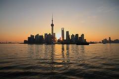 Zona de Lujiazui Finance&Trade de Shangai en el nuevo horizonte de la señal Fotos de archivo