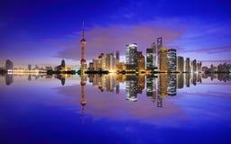 Zona de Lujiazui Finance&Trade de Shangai en la nueva señal SK del amanecer Imágenes de archivo libres de regalías