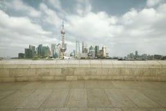 Zona de Lujiazui Finance&Trade del horizonte de la señal de Shangai en la ciudad Fotos de archivo