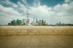 Zona de Lujiazui Finance&Trade del horizonte de la señal de Shangai en la ciudad Foto de archivo libre de regalías