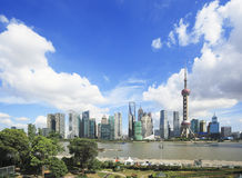 Zona de Lujiazui Finance&Trade del horizonte de la señal de Shangai en nuevo Imágenes de archivo libres de regalías
