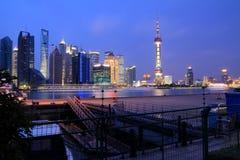 Zona de Lujiazui Finance&Trade del horizonte de Shangai en el nuevo lan de la noche Fotografía de archivo libre de regalías
