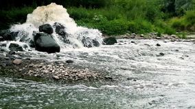Zona de mezcla de la descarga de aguas residuales de las aguas residuales urbanas Contaminaci?n del r?o Descargas de la ciudad almacen de video