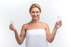 Zona de prueba de motores de la mujer joven para la piel de la cara Imágenes de archivo libres de regalías