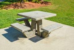 Zona de recreo con las mesas de picnic en un parque Foto de archivo