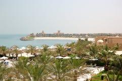 Zona de recreo del hotel de lujo y de la playa con los chalets de lujo Fotografía de archivo