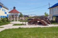 Zona de recreo inacabada con el gazebo y el puente Imagenes de archivo