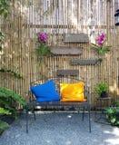 Zona de restaurantes al aire libre vacía con las tablas y las sillas Imagen de archivo