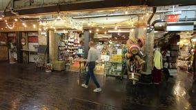 Zona de restaurantes y mercanc?a urbanas de Chelsea Market metrajes