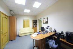 Zona de trabajo vacía en la oficina de la compañía RUSELPROM Fotos de archivo