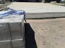Zona de trabalho, pilha do tijolo e assoalho do tijolo sob a construção fotos de stock