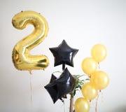 A zona decorada do partido está pronta para uma celebração do feliz aniversario, em casa foto de stock royalty free