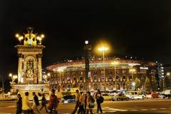 Zona del distretto delle fiere campionarie di Barcellona fra la vista del quadrato di Espanya e di notte di Montjuic con la folla immagine stock