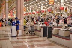 Zona del efectivo en el supermercado Foto de archivo libre de regalías