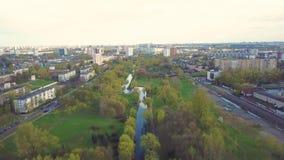 Zona del parque, pequeño río Opinión aérea de la primavera grande de la ciudad metrajes