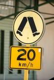 zona del peatón de la muestra del límite de velocidad de 20 kilómetros Imagen de archivo