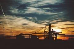 Zona del puerto en Lisboa en puesta del sol Foto de archivo