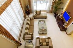 Zona del salotto in casa ricostruita recentemente ripristinata Fotografie Stock Libere da Diritti
