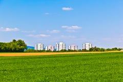 Zona dell'alloggiamento nel paesaggio rurale Fotografie Stock