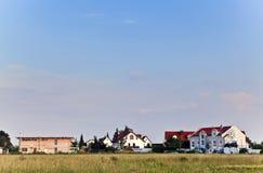 Zona dell'alloggiamento in una via suburbana Fotografie Stock Libere da Diritti