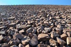 Zona della costruzione, pendio di pietra della diga dell'acqua Fotografia Stock