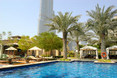 Zona della piscina dell'hotel in Doubai del centro Fotografie Stock Libere da Diritti