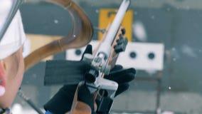 Zona di fucilazione con un atleta di signora che si prepara per sparare archivi video
