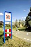 Zona di limite di velocità del segnale stradale Fotografie Stock Libere da Diritti