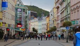 Zona di Pedastrian in pieno dei pedastriands a Karlovy Vary, repubblica Ceca immagine stock libera da diritti