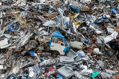 Zona di scarico rifiuti Mucchio della ferraglia Le automobili schiacciate compresse è restituita per riciclare Terra residua del  Fotografia Stock Libera da Diritti