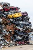 Zona di scarico rifiuti Mucchio della ferraglia Le automobili schiacciate compresse è restituita per riciclare Terra residua del  Immagini Stock Libere da Diritti
