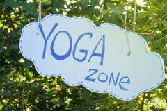 Zona di yoga dell'iscrizione su un fondo dell'albero verde Immagini Stock Libere da Diritti
