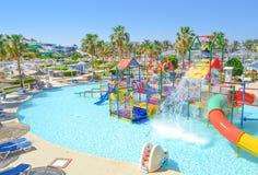Zona do parque do aqua das crianças com slideres e associação imagem de stock royalty free