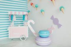 Zona do ` s das crianças com doces: pirulitos, gelado, macarons e barra de chocolate Fotos de Stock Royalty Free
