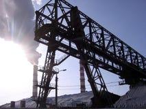 Zona industrial com tubulações de calor, uma estrutura do metal foto de stock royalty free