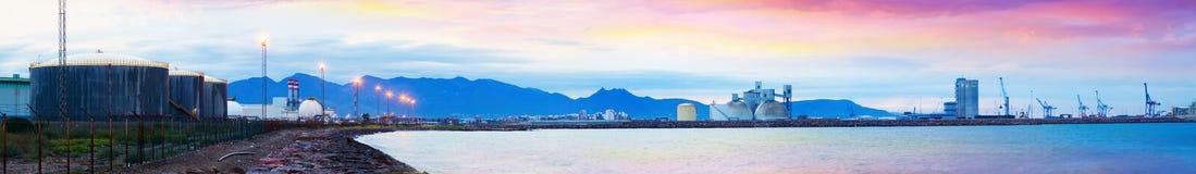 Zona industrial en costa mediterránea en amanecer Fotografía de archivo libre de regalías