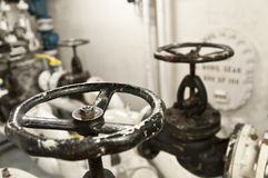 Zona industrial, encanamentos de aço e válvulas Imagem de Stock