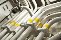 Zona industrial, encanamentos de aço e válvulas fotografia de stock royalty free