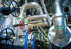 Zona industrial, encanamentos de aço, válvulas e cabos Fotos de Stock Royalty Free