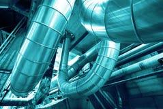 Zona industrial, tuberías de acero en tonos azules Foto de archivo