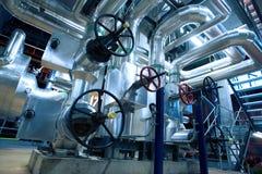 Zona industrial, tuberías de acero, válvulas y cables Imágenes de archivo libres de regalías